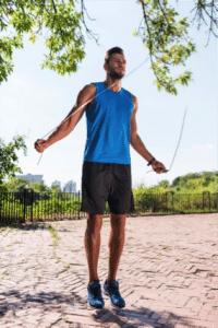 corde a sauter fitness en extérieur