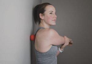 travailler la mobilité de l'épaule par auto massage avec une balle